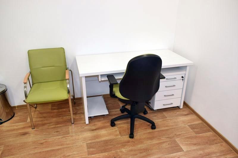 Irodabútor, íróasztal orvosi rendelőbe